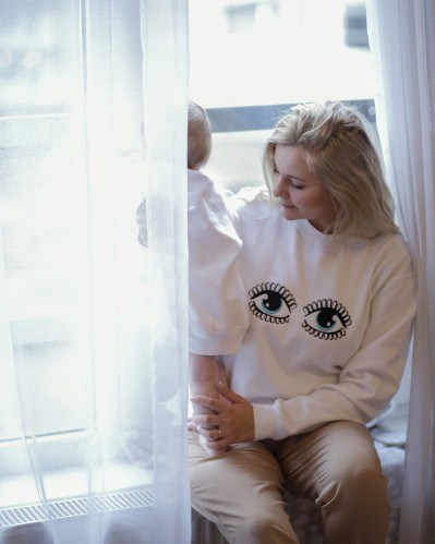 Moteriškas baltas džemperis su akytėmis