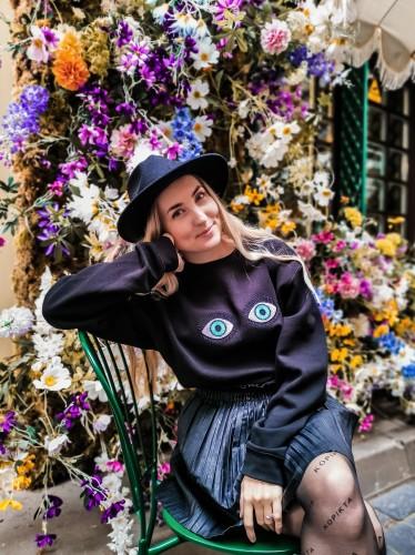 Juodas džemperis su akytėmis